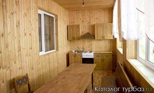 Один из уютных домиков базы отдыха Акбаш