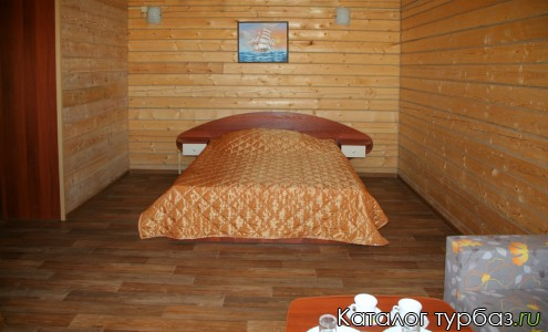 Просторная двухместная кровать в номере