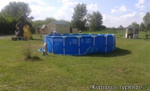 Летом на территории базы отдыха ставят бассейн