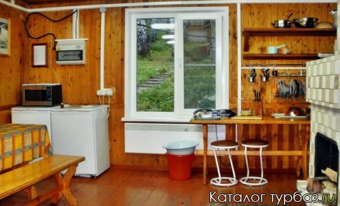 Общий обеденный зал в доме с камином