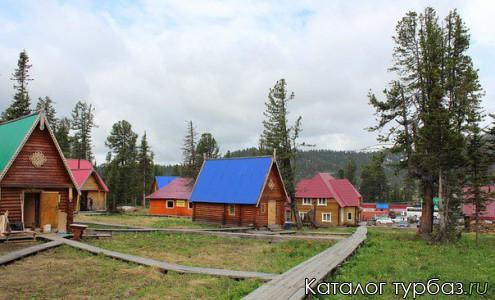 Общий вид территории с отдельно стоящими домиками базы отдыха