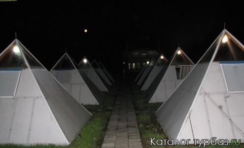 Двухместные домики в виде пирамид