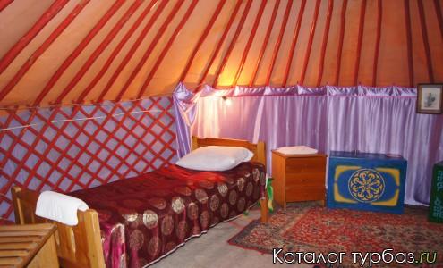 Юрта внутри, 1 из 2 кроватей