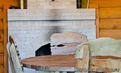 Брутальная деревянная мебель в партизанском штабе с камином.