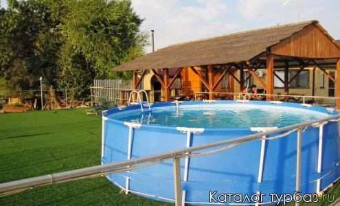Веранда с мангалом и бассейном у воды
