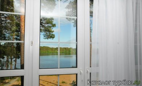 "Французские окна в номерах-студиях гостевого дома ""Таир"", вид на озеро."