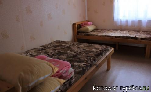 в спальне 1 двуспальная кровать, 2 односпальных