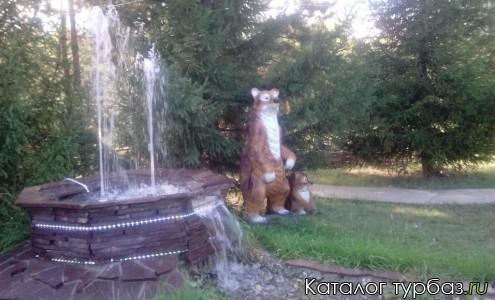 Мишка у фонтана