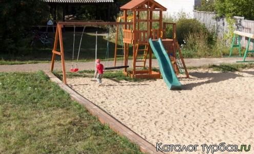 Детская площадка и площадка для пляжного волейбола и минифутбола.
