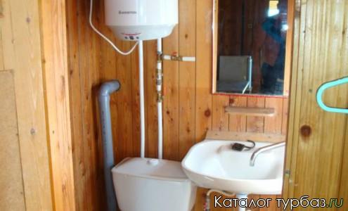 в комнате туалет, умывальник и душ