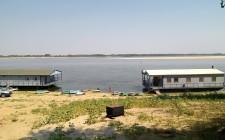 Общий вид двух домиков на воде